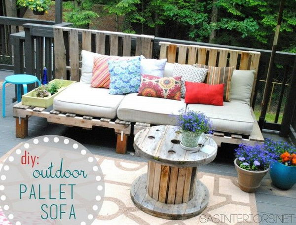 DIY Outdoor Pallet Sofa. Get the tutorial