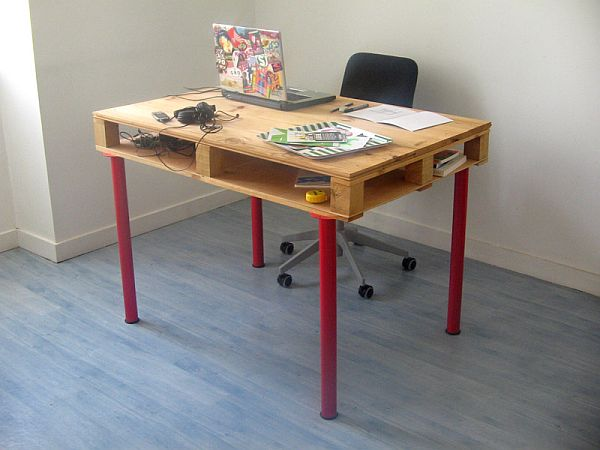 Basic Pallet Computer Desk.  See the tutorial